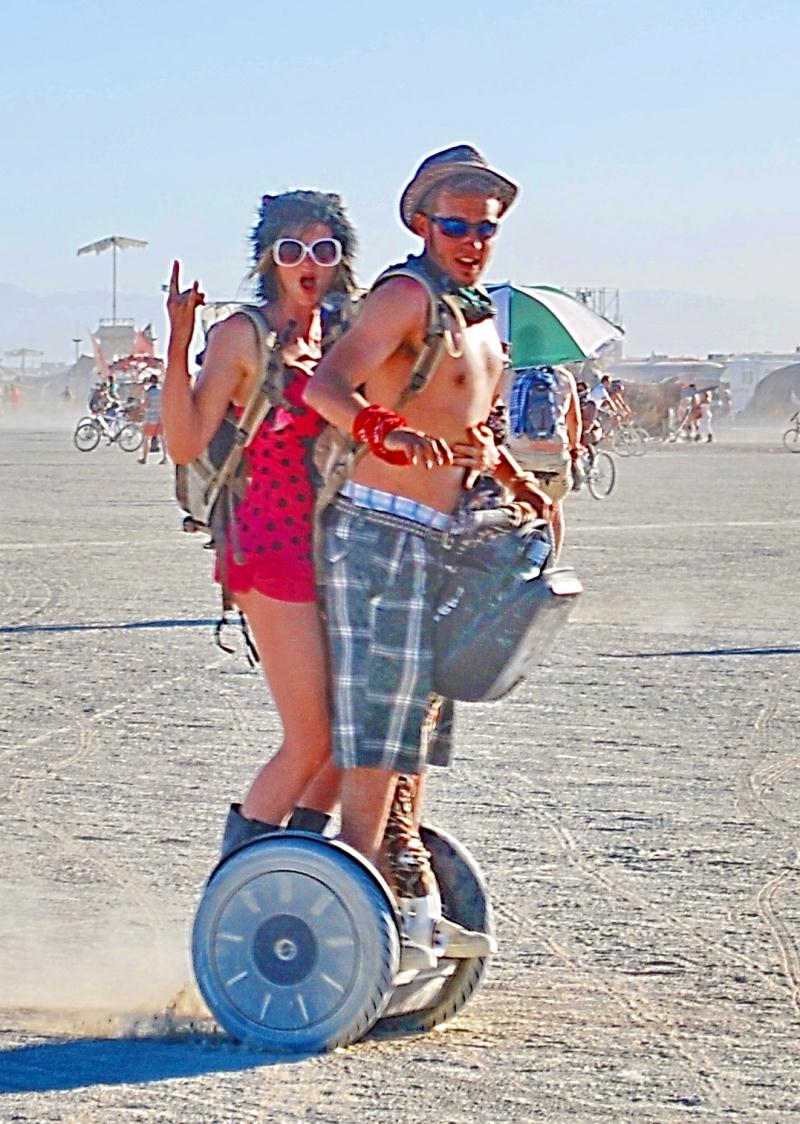 Couple sur un Segway lors du Burning Man