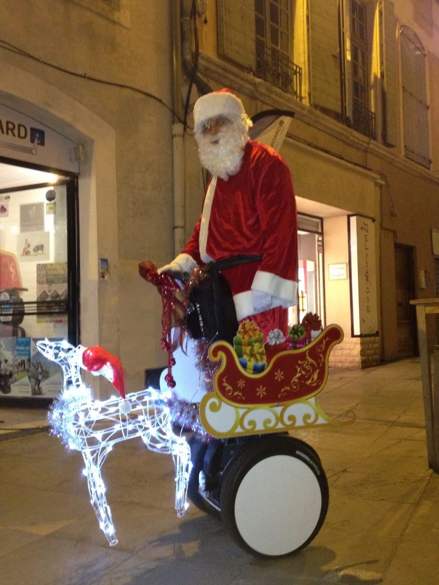 Le père Noël fait sa tournée en Segway