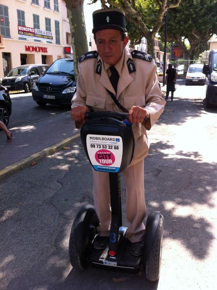 le gendarme de Saint-Tropez sur un gyropode Segway