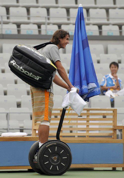 Le tennisman Raphael Nadal sur son gyropode Segway