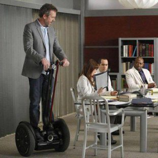 Hugh Laurie pilote son Segway dans la série Dr House