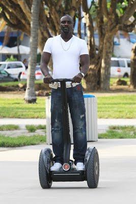 Akon le rappeur US à gyropode Segway