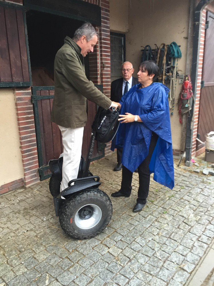 Nicolas Dupont Aignan s'amuse à segway tout terrain