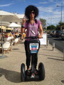 Samaha Sam, la chanteuse du groupe Shaka Ponk, sur un gyropode Segway