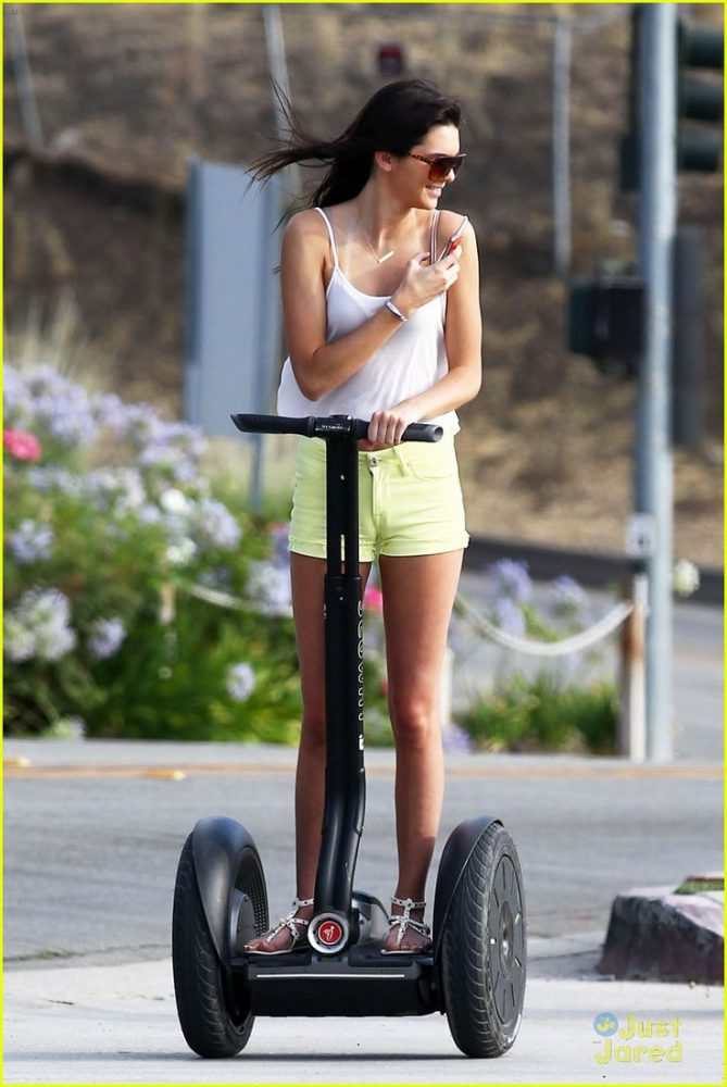 Kendall Jenner se balade à Segway