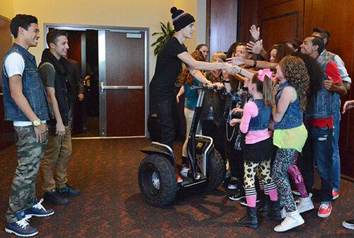 Justin Bieber rencontre ses fans en Segway