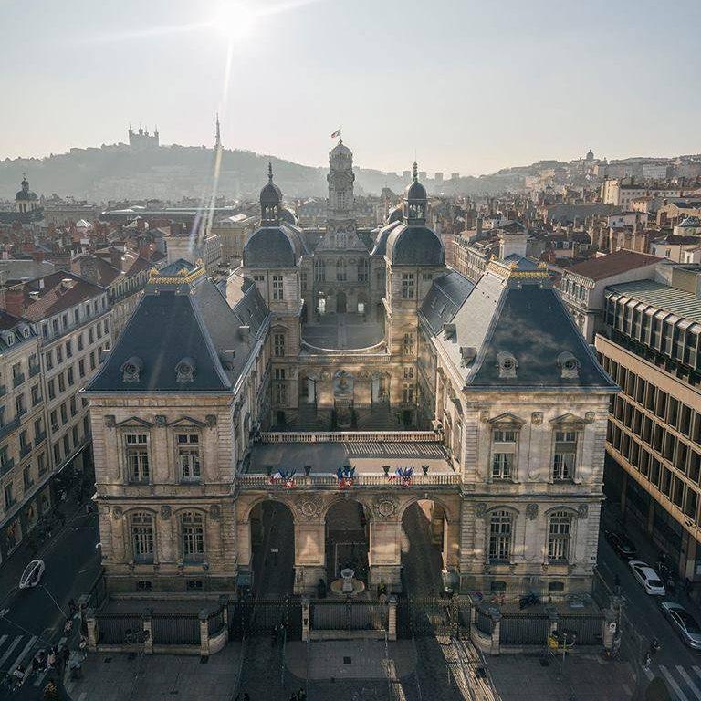 La vue imprenable sur l'Hôtel de Ville de Lyon et la colline de Fourvière depuis le café des Muses