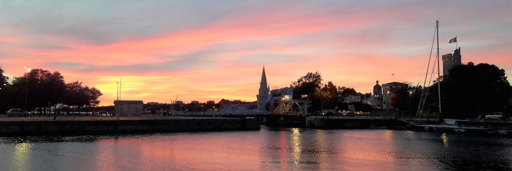 @crédit photo Mobilboard La Rochelle Un coucher de soleil sur le Bassin des Chalutiers