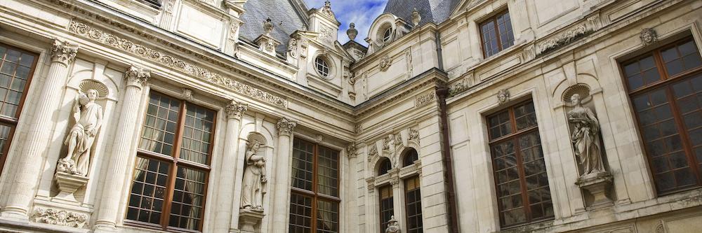 @crédit photo Mobilboard La Rochelle La superbe facade située dans la cour de l'Hôtel de Ville