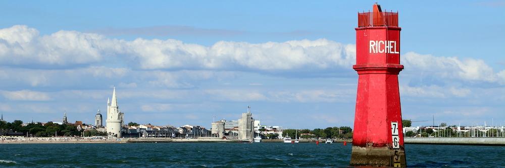 @crédit photo Mobilboard La Rochelle L'Entrée du Chenal du Vieux Port avec les 3 tours de La Rochelle